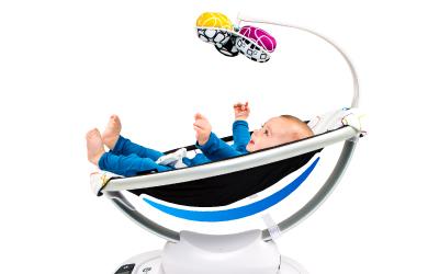 ママルーのシートは生地だけで覆うハンモック形。背骨がC字の赤ちゃんにとって心地よい体勢で座ることができ、体全体を包み込むので安心感を与えます。